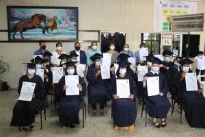 """22 ́ ́ se graduaron, alcanzando el título de """" """""""