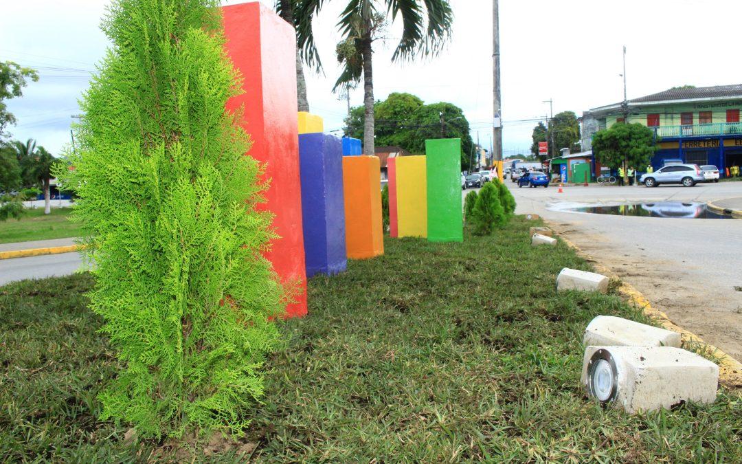 Instalamos 200 Metros Cuadrados de grama tipo alfombra en los Cubos Turísticos de Barrio La Laguna.