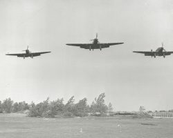 Une section de Fairey Battle arrivant au dessus du terre à Auberive-sur-Suippes. Notez les arbres coupés utilisés pour camoufler les zones de dispersion et de donner un certain degré de couverture sur un aérodrome sans relief.