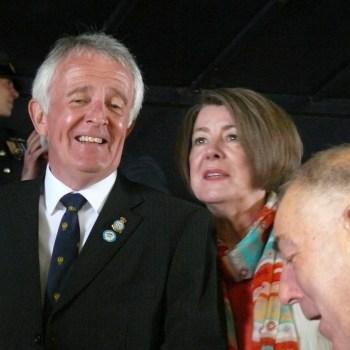 l'ex W/Commandeur Graham Bowerman et son épouse (notez le pin's du musée de Vraux sur sa veste)