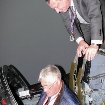 Denis RIGOLLET au simulateur Tornado avec Bill BOHILL ex pilote du XV.