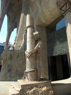 Indrukwekkend: bij de hoofdingang zien we Jezus aan een paal vast waar Hij wordt gegeseld aan de vooravond van zijn dood (foto: R.J. van Amstel, 2011)