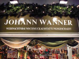 """Das """"Weihnachtsbaumschmuckausstattungsgeschaeft"""" lockt das ganze Jahr über tausende Kunden nach Basel."""