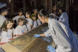 Grupo a assistir ao restauro de uma tela Foto: CML, 2015