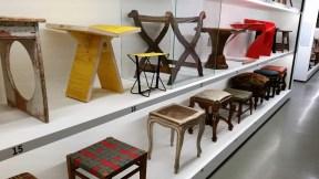 Raystavljeni stoli z vsega sveta, s povsem drugačnim namenom kot v pritličju.