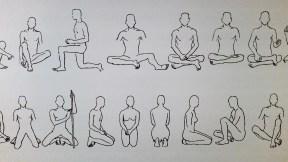 Nasproti razstavljenim stolom je tapeta, ki predstavlja najbolj raznolike pozicije sedenja.