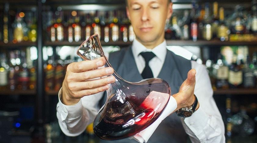 """Sommelier to nie tylko """"kelner winiarski"""", ten zawód wymaga odbioru głębokiej wiedzy teoretycznej i rozległego doświadczenia praktycznego"""