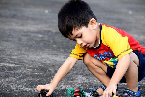 kid-playing-with-car