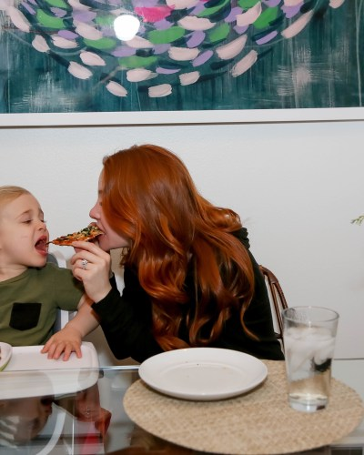A lady and the tramp moment… But with pizza and humans👶🏼👩🏼🍕