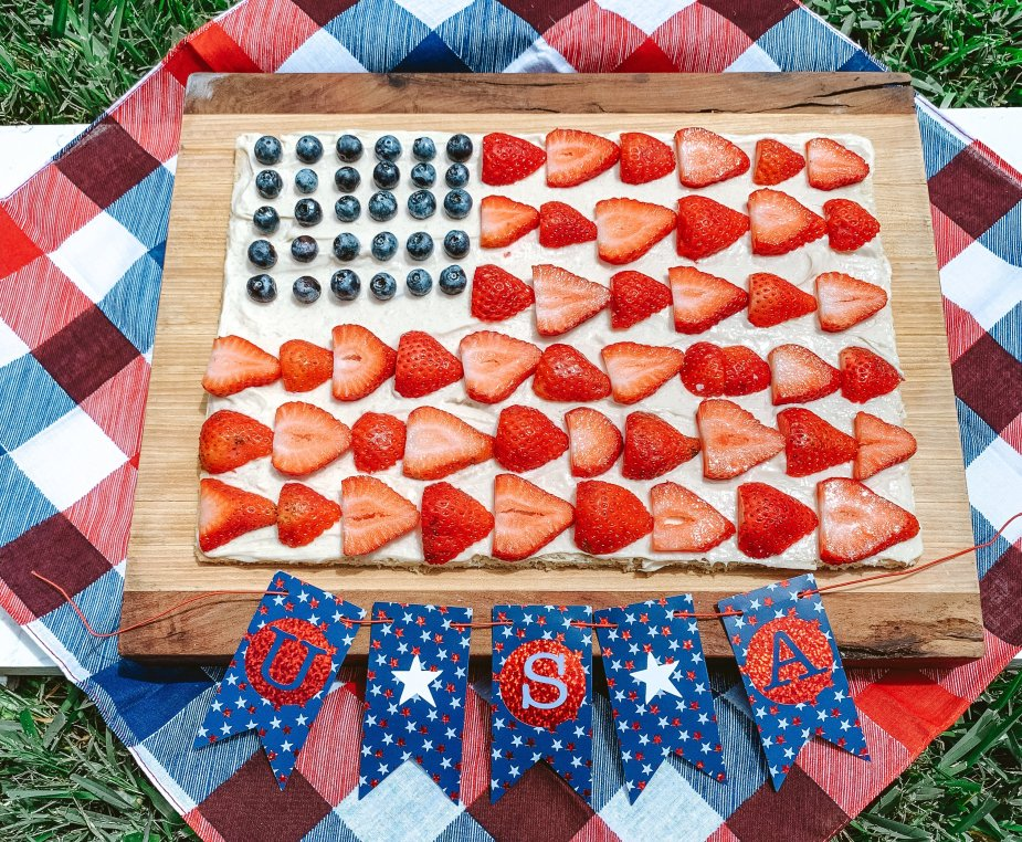 This patriotic cookie pizza is perfect for any 4th of July celebration! The best part is that is delicious for adults and kids.