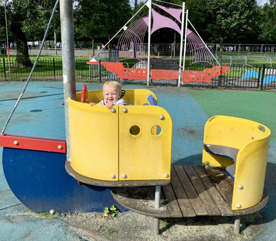 Family Travel Guide to Glasgow - The Glasgow Green is the perfect spot for you to let the kids run around and burn some energy. Take advantage of the trails, green space, playgrounds and more!