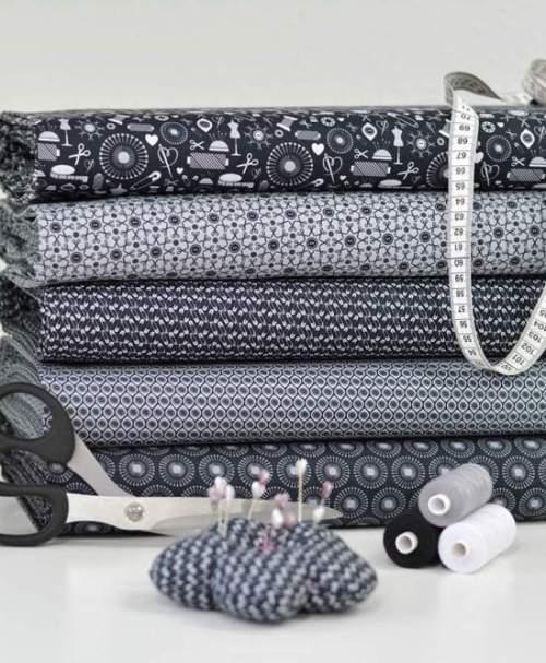 Baumwolle Webware Sew Love, Sicherheitsnadeln by lycklig Design, schwarz-grau