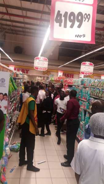 Nigerians Attempt To Vandalize Lekki Shoprite, Police Intervene
