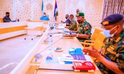 Buhari meets service chiefs