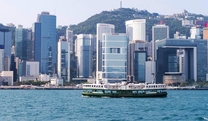 香港スターフェリーと高層ビル群