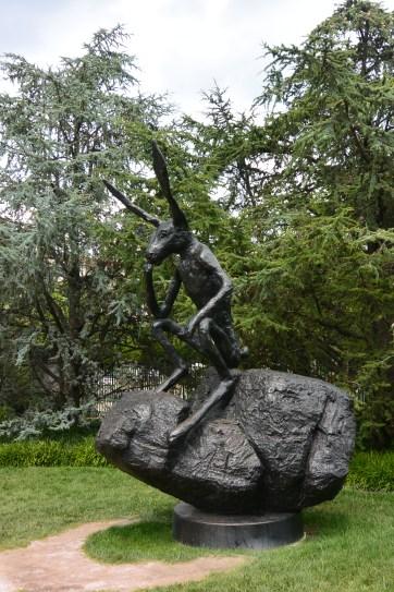 Barry Flanagan: Thinker on a rock