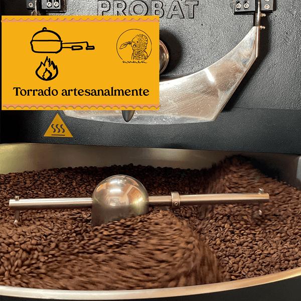 Fotografia de um torrador Probat com tambor de descanso cheio de grãos de café especial Anacá torrados