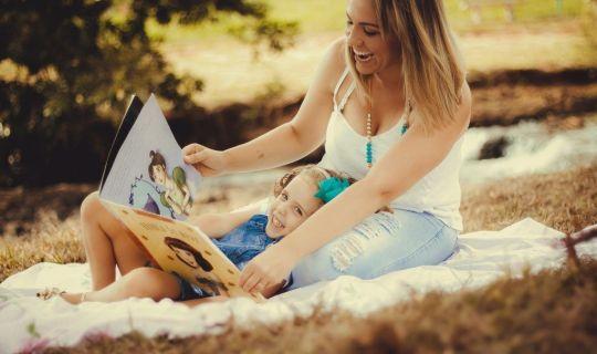 Madre e hija disfrutando de la lectura de un mismo libro, sin importar sus edades.