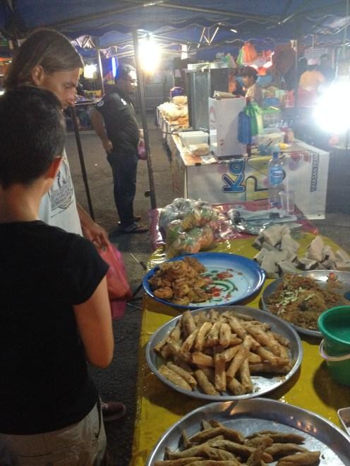 malezyjski Keropok, czyli smażona parówka rybna