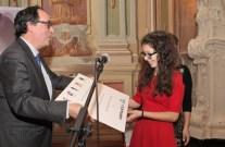 Lari Rubin, zmagovalki natečaja, je nagrado podelil takratni veleposlanik Kraljevine Nizozemske, Nj. eksc. g. Pieter Jan Langenberg.