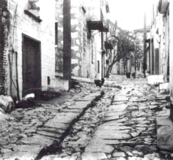 Λιθόστρωτος δρόμος Αγιάσου με το «λαγκάδ » στο μέσον, που χρησίμευε για το ξενέρισμα. (Φωτογραφία Γιάννη Π. Χατζηβασιλείου)