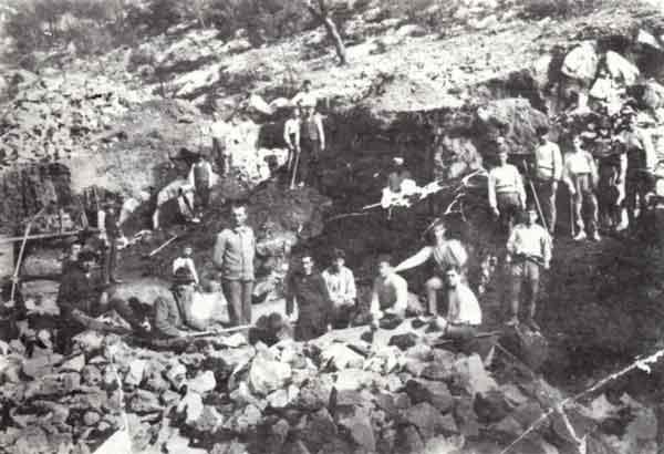 Όταν άνοιγαν τα θεμέλια, για να χτιστεί το Σανατόριο... Διακρίνονται από αριστερά: Δημήτριος Βλαστάρης ή Βαγιάνας, Περικλής Τινέλης, Απόστολος Σουλτάνης (μιναδόρος), Βασίλειος Χατζηπαυλής (επιστάτης), Πάνος Κουντουρέλης, Κωστής Στεφανής, Βρανιάδης Γλεζέλης (άνω), Γεώργιος Περιβολαρέλης ή Καδής, Μιλτιάδης Γιαταγανέλης, Παναγιώτης Αρβανιτέλης, Προκοπής Στόικος ή Πασάς, Ευστράτιος Αρβανίτης, Ευάγγελος Λαμπρινός, Ευστράτιος Ανδρικού και άλλοι. (Τη φωτογραφία παραχώρησε ο Βρανιάδης Γλεζέλης)