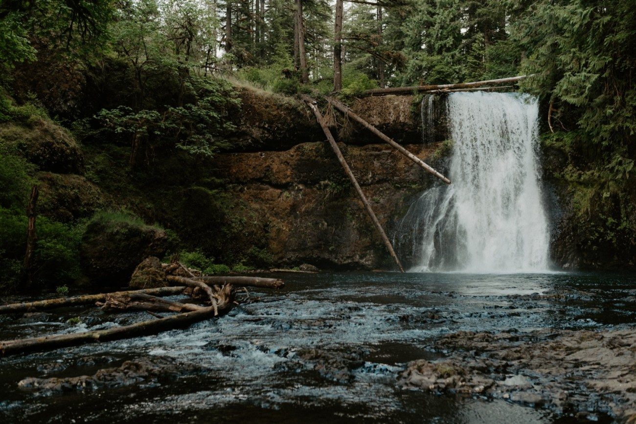 Upper North Falls at Silver Falls State Park on summer day. Best locations to elope in Oregon. Anais Possamai Photography