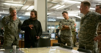 Brad Pitt and Director David Mich™d behind the scenes in War Machine.