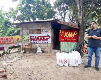 Anakpawis Party-list Former Representative Ka Ayik Casilao at a relief mission for farmers affected by lockdown in Bulacan. Photo by Sagip Kanayunan.