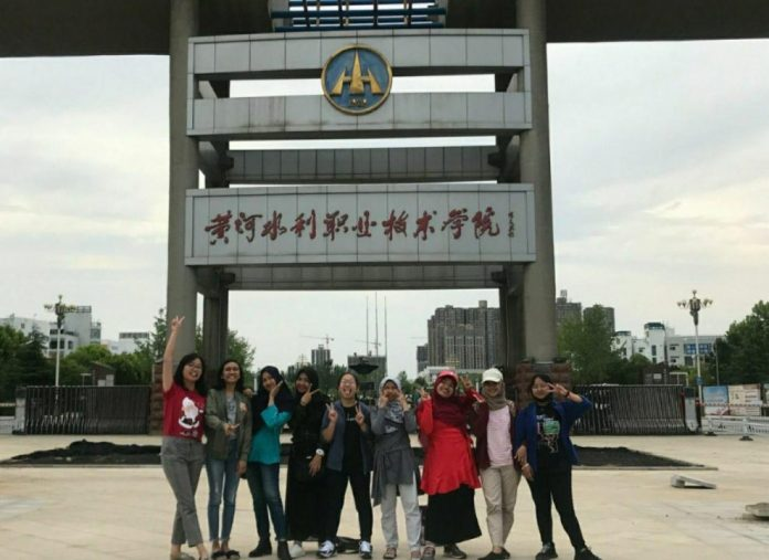 Velicya, kuliah D3 di China