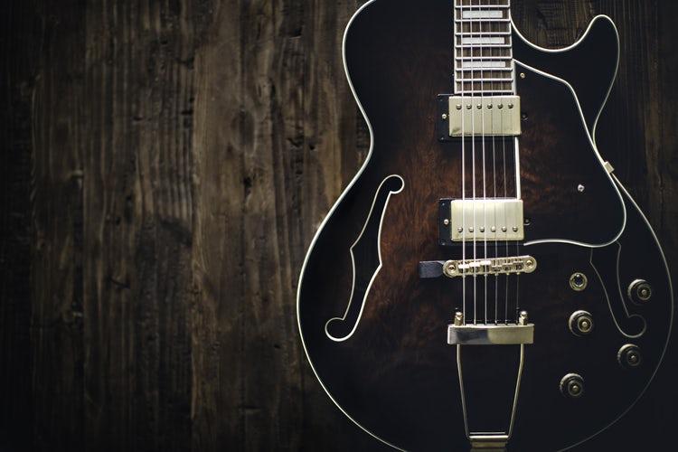 Haramkah Hukum Menyanyi dan Musik dalam Fiqih Islam - Alat Musik Gitar