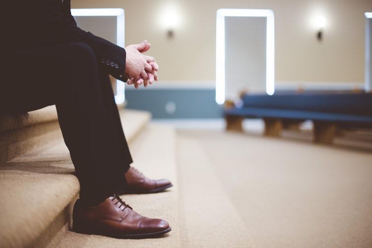 Seputar Kepercayaan Kaum Kristen - Lelaki duduk di gereja
