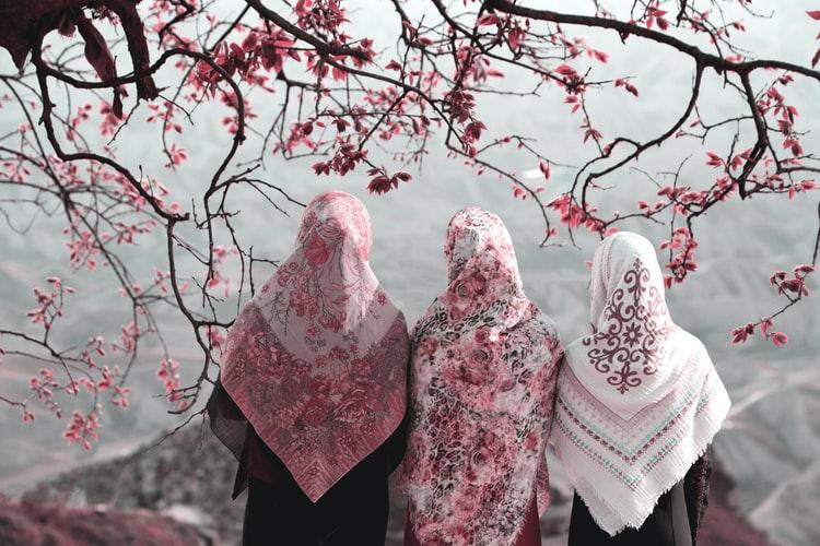 Wanita muslimah dalam berpenampilan selalu menutup aurat, foto: unsplash.com