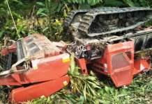 Satu unit combine harvester jatuh kejurang dan terbalik di pinggir sungai hingga memakan korban jiwa di Desa Alue Peunawa, Babahrot, Selasa (23/10).