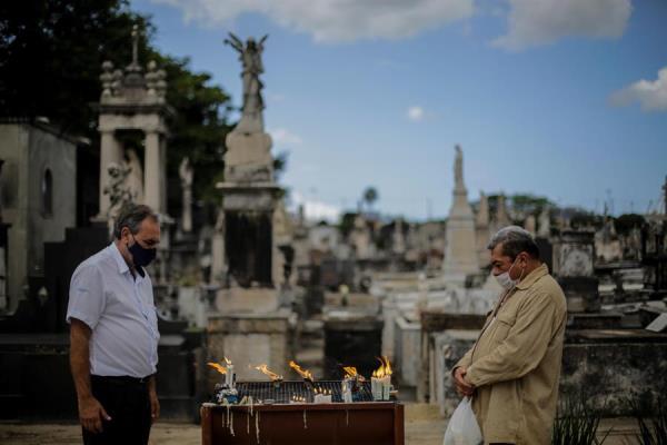 La pira arderá en el cementerio de la Penitencia, en la zona portuaria de la capital fluminense, hasta que se descubra una vacuna y ésta sea reconocida por la comunidad y los órganos sanitarios.