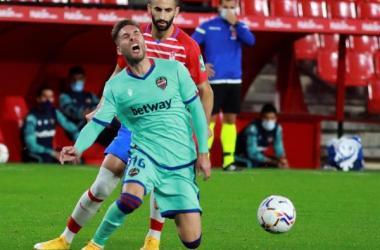 La expulsión con roja directa del francés Maxime Gonalons al cuarto de hora marcó un choque en el que se adelantó el Granada...