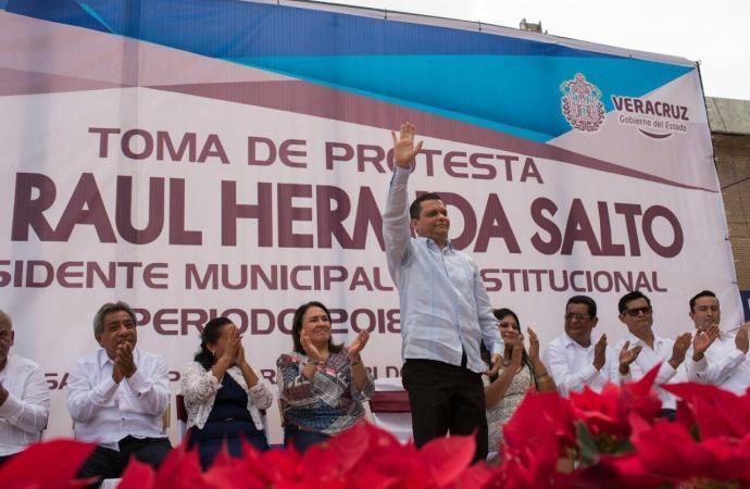 Raúl Hermida tomaposesiónen Cosamaloapan y la priista Adriana Maass Michel no se presentó a entregar el cargo.