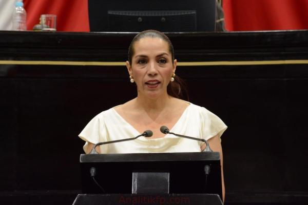 Diputados del PAN aplauden cuando leen renuncia de Cinthya Lobato a su bancada