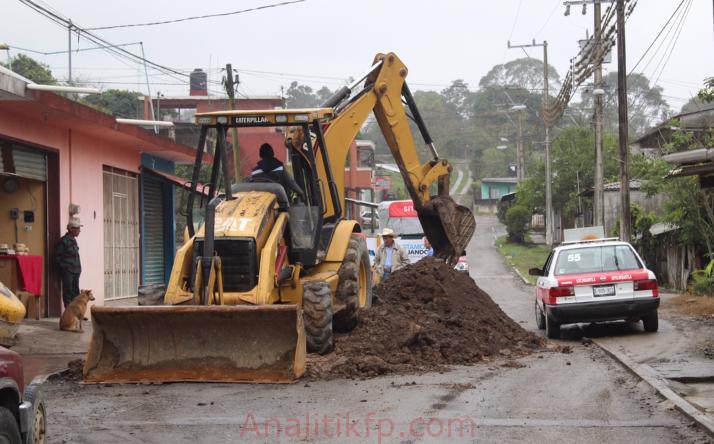 Obras públicas realiza trabajos de reparación en carretera Misantla- Los Ídolos