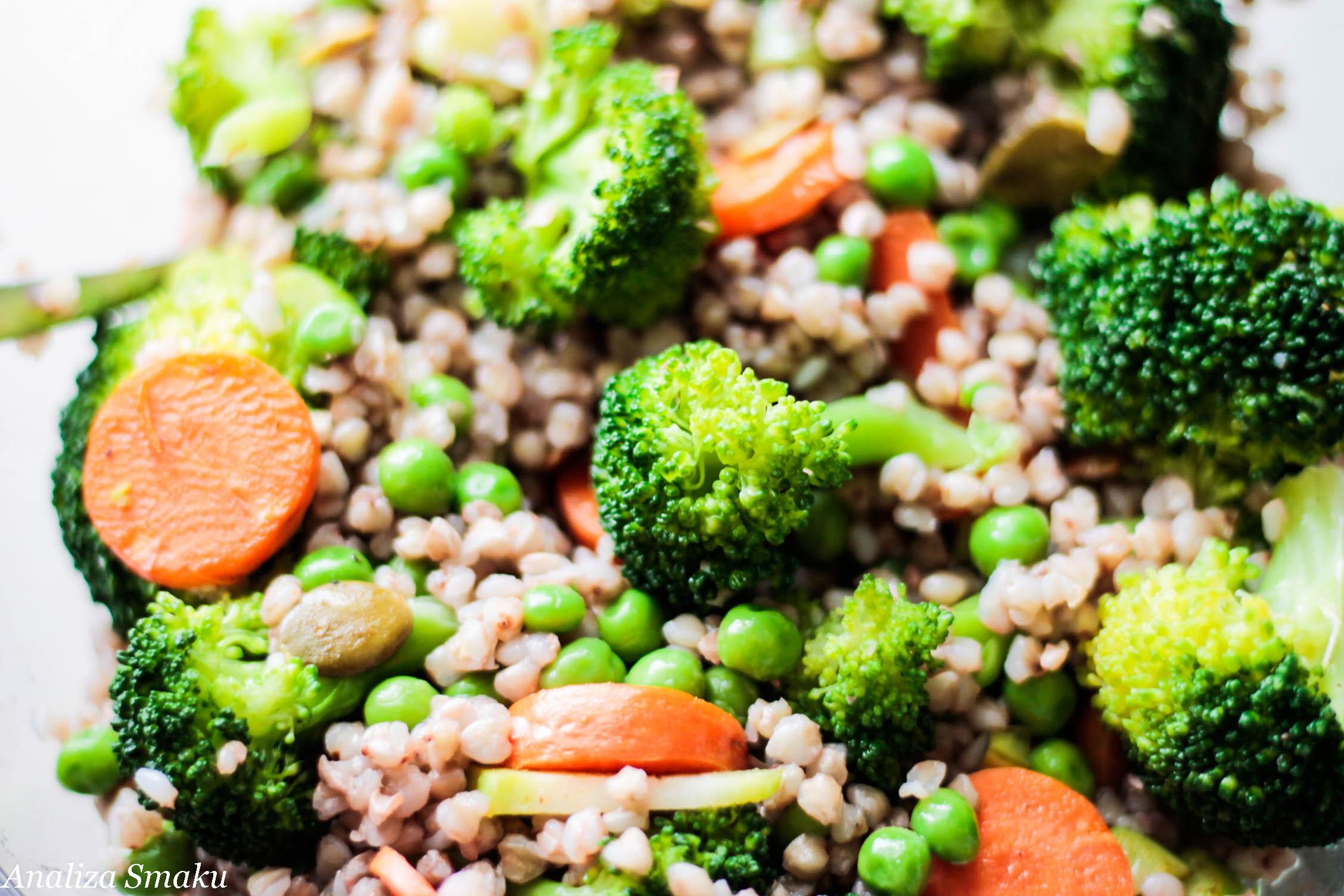 Sałatka z kaszą gryczaną i brokułami
