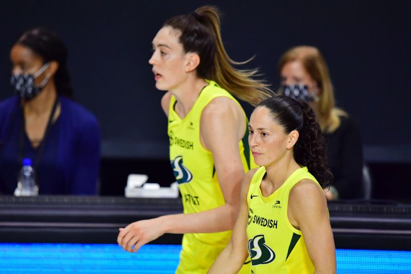 PALMETTO, FLORIDA - OCTOBER 04: Breanna Stewart #30 and Sue Bird #10 of the Seattle Storm run back out to the court after a timeout in the second half of Game 2 of the WNBA Finals against the Las Vegas Aces at Feld Entertainment Center on October 02, 2020 in Palmetto, Florida. L'Analyste via WNBA. (Photo by Julio Aguilar/Getty Images)