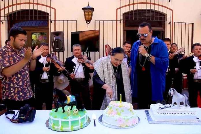 Doña Flor se quiso parar de su silla de ruedas para partir ella misma su pastel