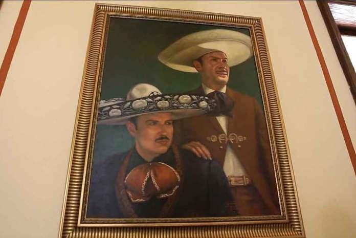 En la casa que fue remodelada están fotografías y pinturas de don Antonio Aguilar, como ésta con su hijo Pepe