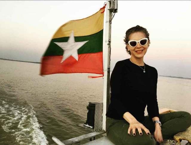 Llegando a un puerto de Myanmar, con la bandera de este país