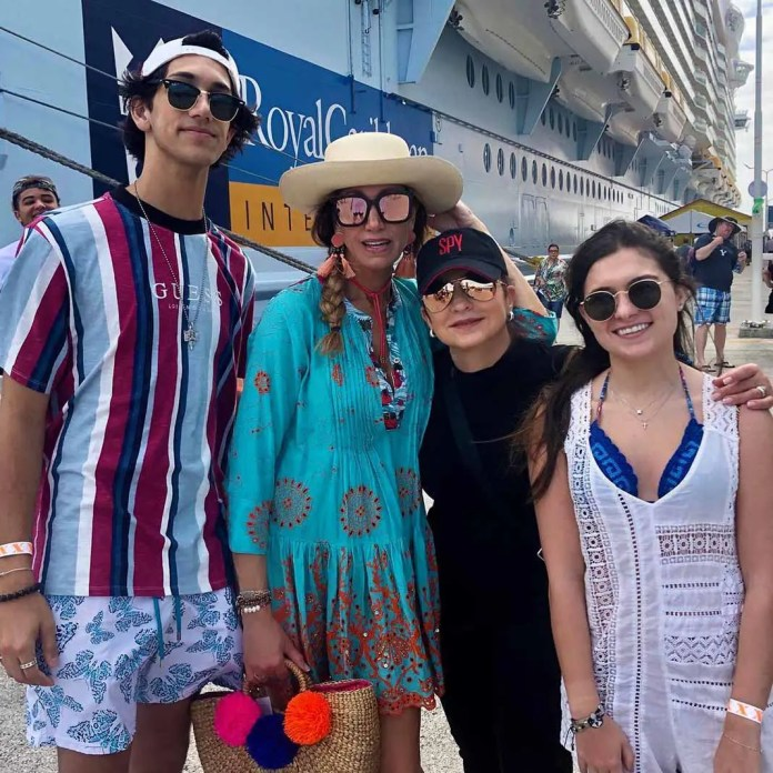 Lorenzo, Lili, Gloria y una sobrina de la conductora