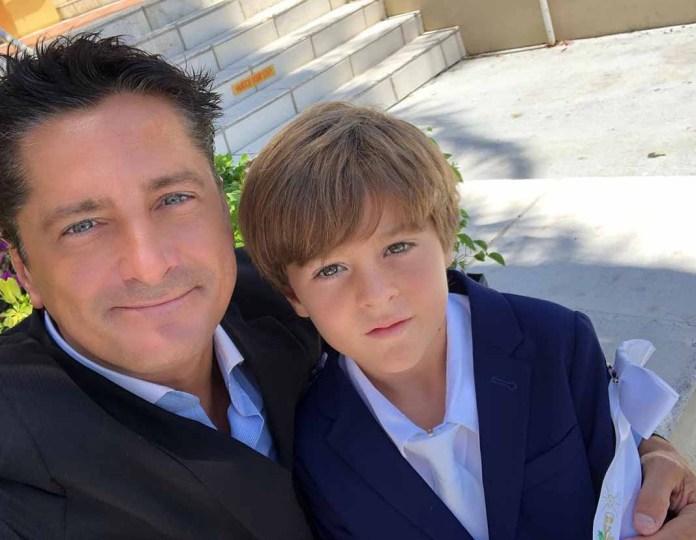 Alejandro Basteri con su hijo Pierre Alexander el día de su Primera Comunión