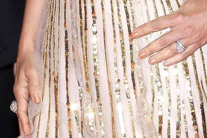 Las uñas de Salma eran muy sencillas para no opacar los anillos y las lentejuelas del vestido