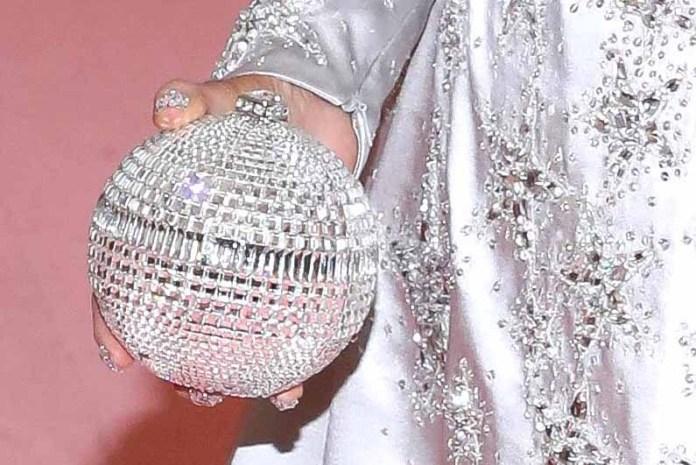 Su bolso era una pequeña esfera en la que difícilmente le cabía el celular