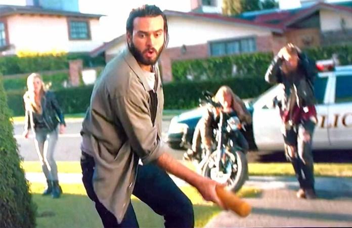 Malcom, interpretado por Lyle, golpea a un policía con un bate de beisbol
