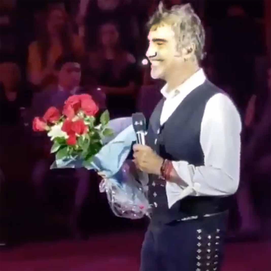 El hombre le quería entregar un ramo de flores cuando fue detenido por seguridad